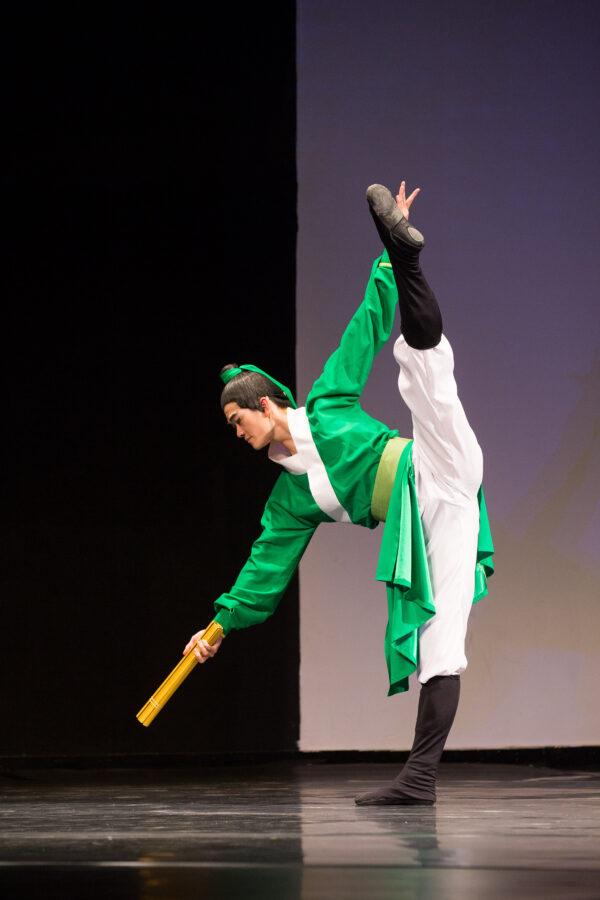 Victor Li performing