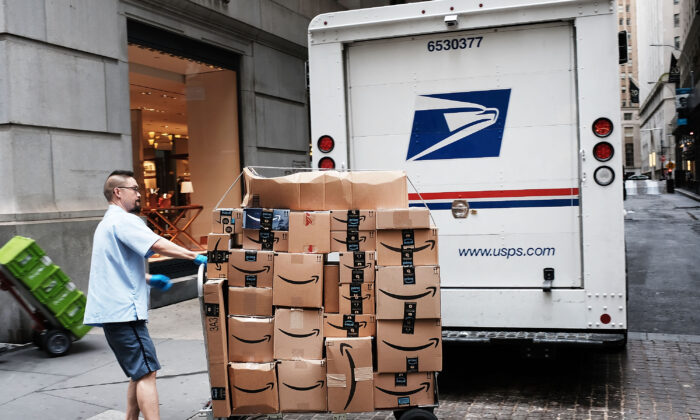 A US Postal worker delivers Amazon boxes outside of the New York Stock Exchange (NYSE) in New York City, on October 11, 2018.(Spencer Platt/Getty Images)