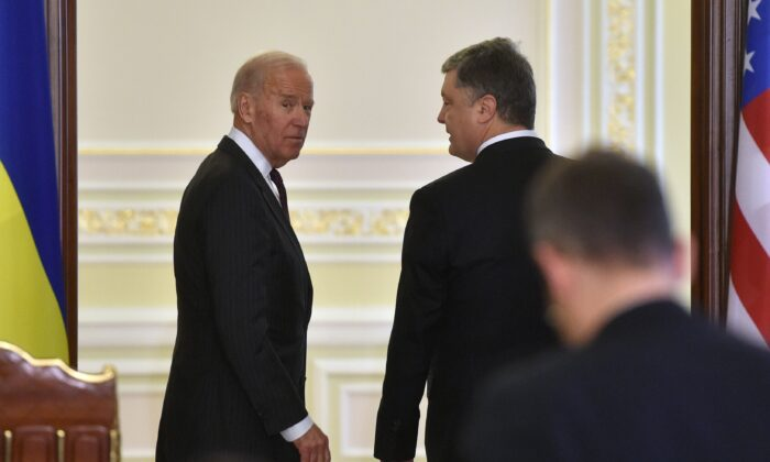 US Vice President Joe Biden (L) and Ukrainian President Petro Poroshenko (R) leave at the end of their joint press statement following their meeting in Kiev on January 16, 2017.