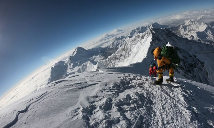 Mountaineers make their way to the summit of Mount Everest, as they ascend on the south face from Nepal on May 17, 2018. (PHUNJO LAMA/AFP/Getty Images)