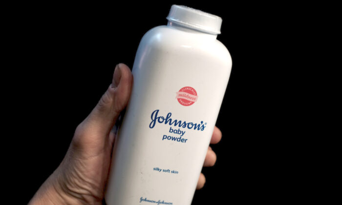 A bottle of Johnson and Johnson Baby Powder is seen in a photo illustration taken in New York, February 24, 2016.  (Reuters/Mike Segar/Illustration/File Photo)
