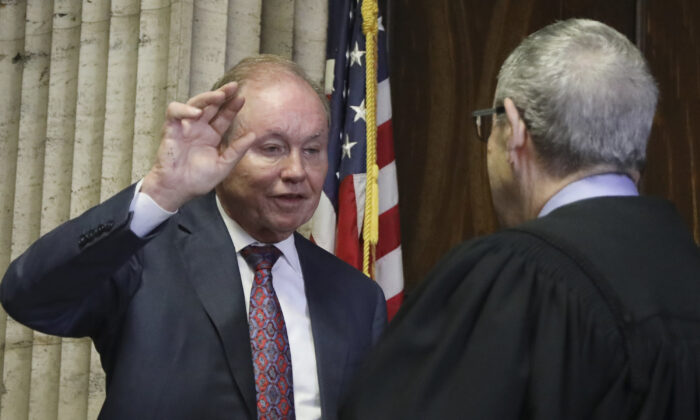 Former U.S. Attorney Dan Webb takes the oath of special prosecutor before Judge Michael Toomin, during a status hearing concerning actor Jussie Smollett at the Leighton Criminal Court in Chicago on Aug. 23, 2019. (Antonio Perez/ Chicago Tribune/AP)