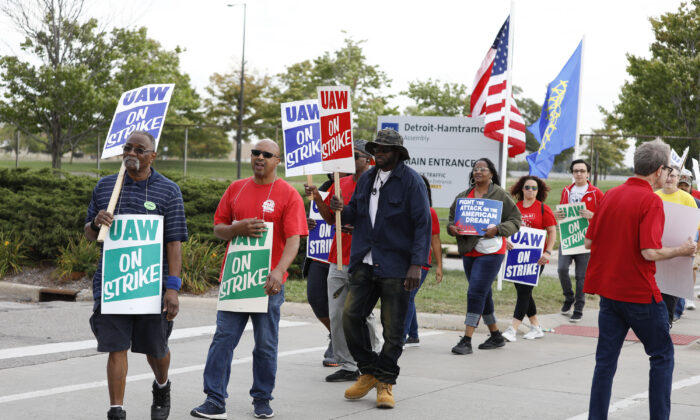 Striking United Auto Workers union members picket at the General Motors Detroit-Hamtramck Assembly Plant in Detroit, Michigan, on Sept. 25, 2019. (Bill Pugliano/Getty Images)