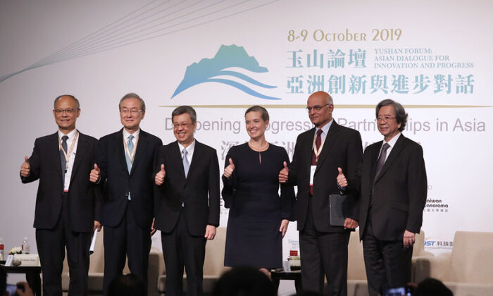 Taiwan's Vice President Chen Chien-jen (third from L) and Sandra Oudkirk, the U.S. State Department's Deputy Assistant Secretary for Australia, New Zealand, and the Pacific Islands (fourth from L) take part in Yushan Forum in Taipei, Taiwan, on Oct. 9, 2019. (Taiwan's Presidential Office)