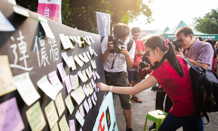 People put up Post-in notes on a Lennon Wall in Taipei, Taiwan on Aug. 11, 2019. (Chen Po-chou/The Epoch Times)