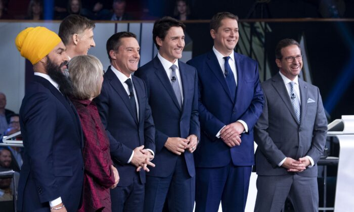 Host Patrice Roy from Radio-Canada (C) poses with the federal party leaders before the French-language debate in Gatineau, Que., on Oct. 10, 2019.  (THE CANADIAN PRESS/Adrian Wyld)