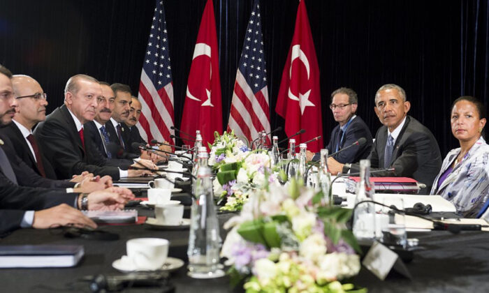 The then US President Barack Obama (R) and Turkish President Recep Tayyip Erdogan (3rd-L) hold a meeting on the sidelines of the G20 Summit in Hangzhou on Sept. 4, 2016. (Saul Loeb/AFP/Getty Images)