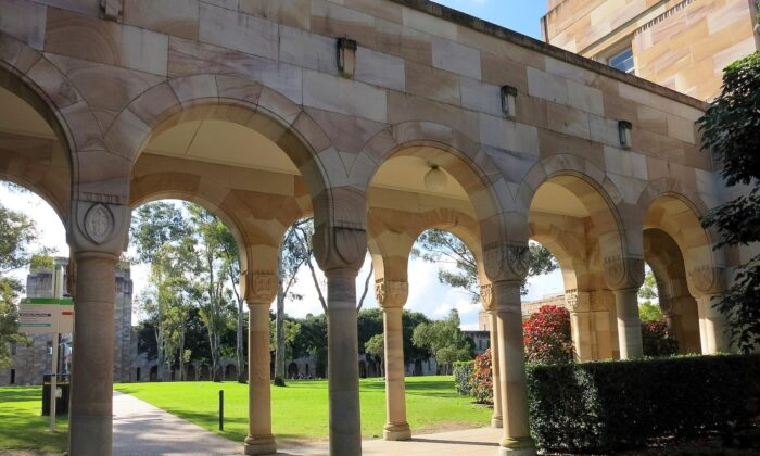 Covered walkway at the southern edge of the Great Court at the University of Queensland. (Nick-D/CC BY-SA 4.0 [ept.ms/2j9VWgB])