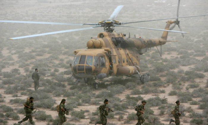 Iran's elite Revolutionary Guard special forces participate in military manoeuvers at an undisclosed location near the Persian Gulf on April 3, 2006. (-/AFP via Getty Images)