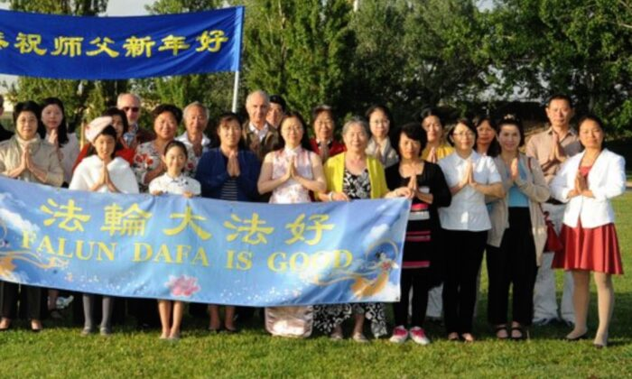 Photo of Falun Dafa practitioners in Canberra, Australia. Yin Sen is 10th from the Right. (Minghui.org)