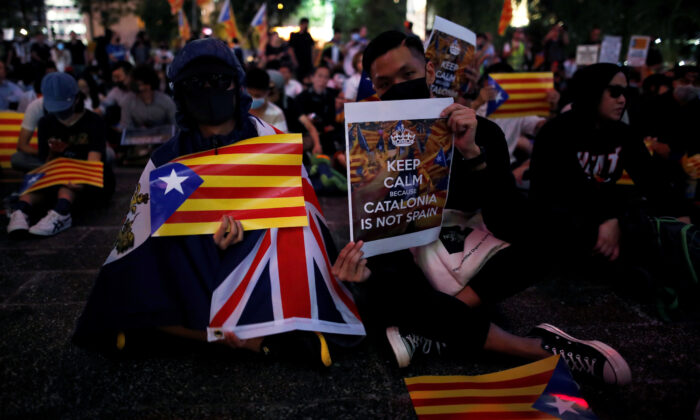 Pro-democracy demonstrators hold Esteladas (Catalan separatist flags), an Union Jack flag and banners as they gather in Hong Kong's Chater Garden to show their solidarity with the Catalonian independence movement in Spain, in Hong Kong, China, on Oct. 24, 2019. (Ammar Awad/Reuters)