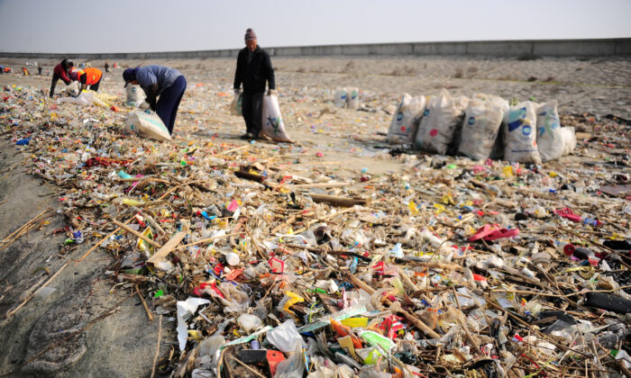 Workers clear garbage at the bank of Yangtze River in Taicang, Jiangsu Province, China on Dec. 23, 2016. (Reuters)
