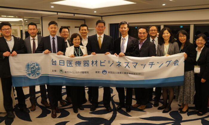 A group photo of Japan-Taiwan Biomedical Manufacturers at the Business Matching Fair. (C): Director of Taipei Science and Culture Representative Office Science and Technology Group, Mr. Jun-Rong Chen, (Fifth from L): Deputy Director General of the Hsinchu Science Park Bureau, Ms. Shuzhu Chen. (Metal Industries Research & Development Centre)