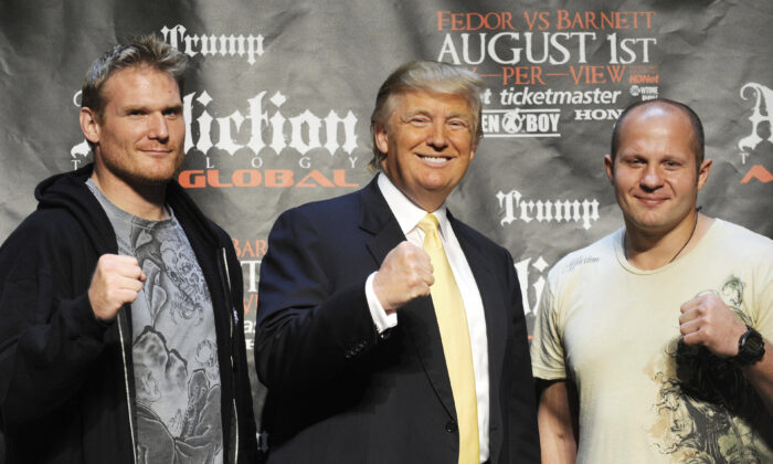 Donald Trump poses with MMA heavyweight fighters Josh Barnett (L) and Russia's Fedor Emelianenko in New York on June 3, 2009. (Emmanuel Dunand/AFP via Getty Images)