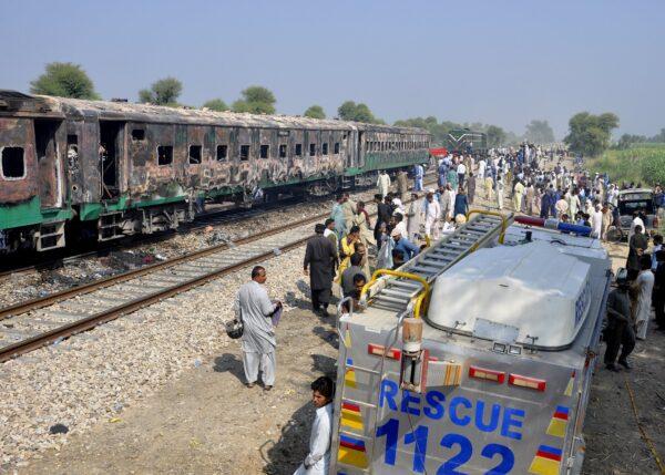 Fire on train in Pakistan 2