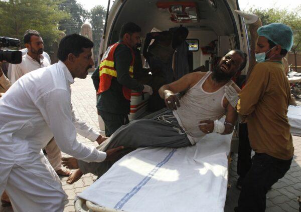 Fire on train in Pakistan 4