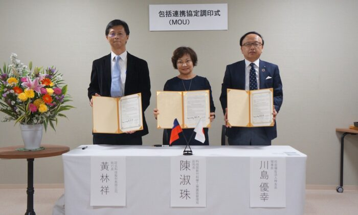The Deputy Director General of HSP Bureau, Ms. Shuzhu Chen (C), witnessed the MOU signing ceremony between North-vision Tech Inc. and the Shiyuukai, CEO of North-vision Tech Inc., Mr. Lin-Hsiang Huang,  (R): President of the Shiyuukai, Mr. Kawashima Yuki.
