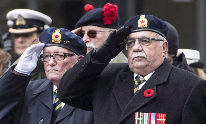 Canadian armed forces veterans salute during a Remembrance Day ceremony in Montreal on Nov. 11, 2018. (THE CANADIAN PRESS/Graham Hughes)