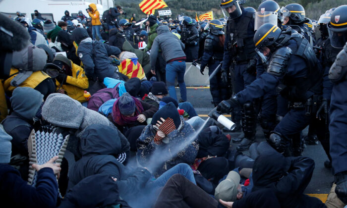 Members of Catalan protest group Democratic Tsunami clash with French police officers at the AP-7 highway on the French side of the Spanish-French border Nov. 12, 2019. (Rafael Marchante/Reuters)