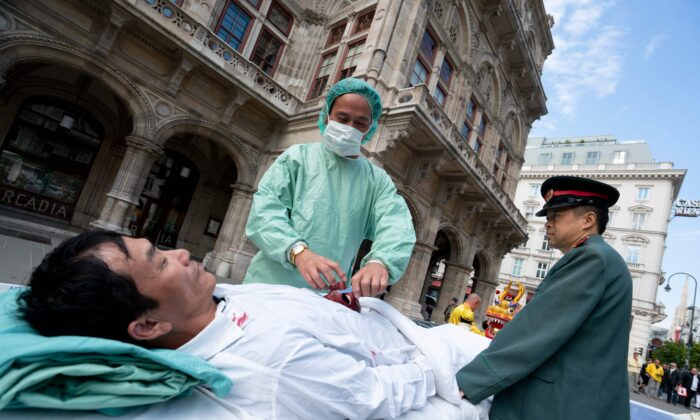 Reenactment of forced organ harvesting practiced by the Chinese regime. (Joe Klamar/AFP via Getty Images)