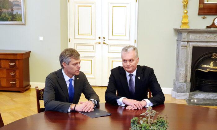 Lithuanian President Gitanas Nauseda (R) listens to Director of the State Security Department Darius Jauniskis in Vilnius, Lithuania on Nov. 15, 2019. (REUTERS/Andrius Sytas)
