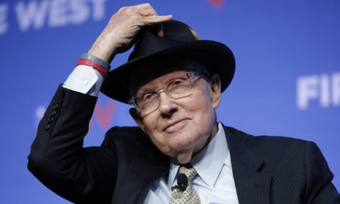 Former Democratic Sen. Harry Reid tips his hat during a fundraiser for the Nevada Democratic Party in Las Vegas on Nov. 17, 2019. (John Locher/AP Photo)