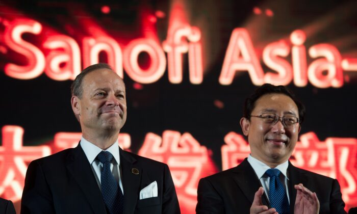 Cao Xuetao (R) and CEO of Sanofi Chris Viehbacher (L) attend the Sanofi Asia Pacific R&D Hub launching ceremony in Shanghai on Sept. 25, 2014. (Johannes Eisele/AFP via Getty Images)