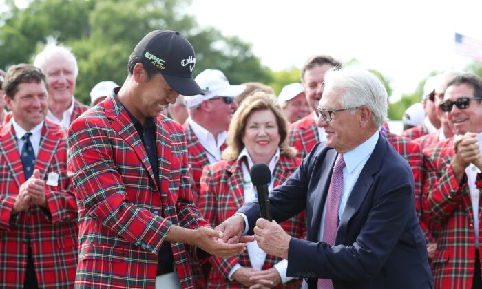 Charles Schwab (R) with Kevin Na at the Charles Schwab Challenge at Colonial Country Club in Fort Worth, Texas, on May 26, 2019. (Tom Pennington/Getty Images)