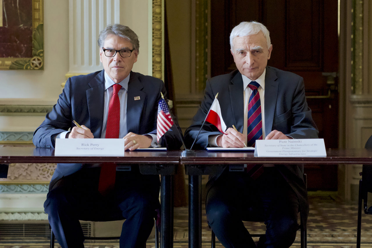 U.S. Secretary of Energy Rick Perry (L) and Poland's Secretary of State in the Chancellery of the Prime Minister and government commissioner for strategic energy infrastructure, Piotr Naimski (R), in the official visit of the Republic of Poland, on June 12, 2019 (U.S. Department of Energy)