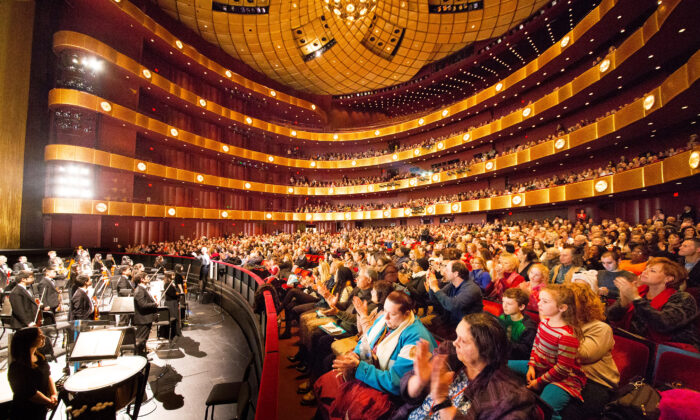 The curtain call for Shen Yun Performing Arts at the David H. Koch Theater at Lincoln Center, in Manhattan, on Jan 11, 2015. (Larry Dai/Epoch Times)