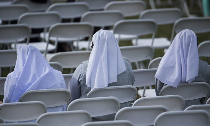 Nuns wait for Pope Francis at Independence Hall Sept. 26, 2015 in Philadelphia, Pennsylvania. (BRENDAN SMIALOWSKI/AFP via Getty Images)