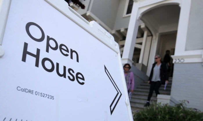 Real estate agents leave a home for sale during a broker open house in San Francisco, Cali. on April 16, 2019. (Justin Sullivan/Getty Images)