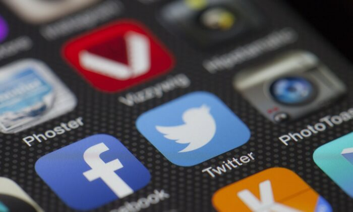 A mobile phone screen displays the icons for the social networking apps Facebook, Twitter and Instagram.(Thomas Ulrich/Pixabay)