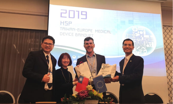 Director Liu Tsu-Hui (second from L) of the Board of Science and Technology, and Lin Hui-Hung (R), head of the Investment Department of Hsinchu Science Park Bureau with Manager Chang Yung-Sheng (L) of Medimaging Integrated Solution, Inc. signing the Memorandum of Cooperation with Anteris Medical GmbH Dirk Kreder. (Hsinchu Science Park)