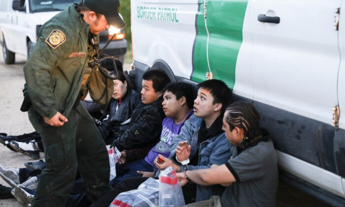 Border patrol agent apprehends illegal aliens. (Charlotte Cuthbertson/The Epoch Times)