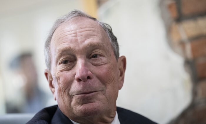 Former New York Mayor Michael Bloomberg meets Virginia House Delegate-Elect Nancy Guy (not seen) at a coffee shop in Norfolk, Virginia on Nov. 25, 2019. (Drew Angerer/Getty Images)