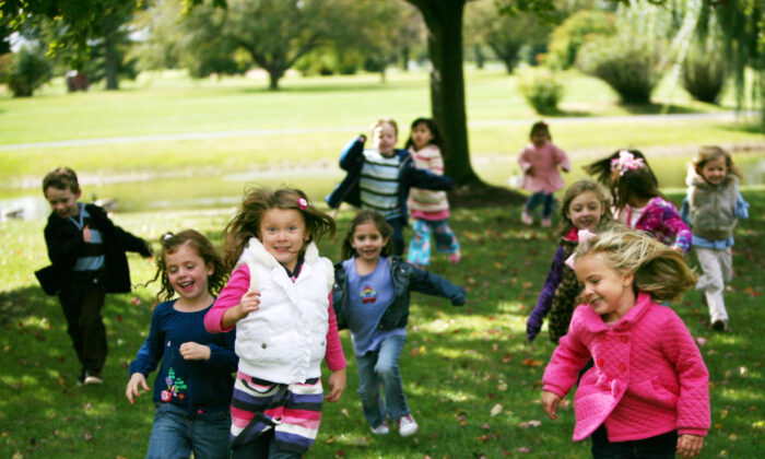 Children get much more physical exercise when they play outdoors compared to indoors. (Tracy Whiteside/Shutterstock)