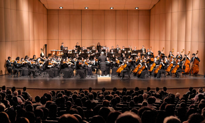 Shen Yun Symphony Orchestra graces the stage at the Chiayi Performing Arts Center in Chiayi, Taiwan, on Sept. 27, 2019. (Zheng Shun-li/The Epoch Times)