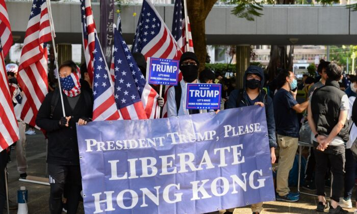 Protesters hold up a giant banner and U.S. flags at a rally at Charter Garden in Hong Kong on Dec. 1, 2019. (Sun Pi-lung/The Epoch Times)