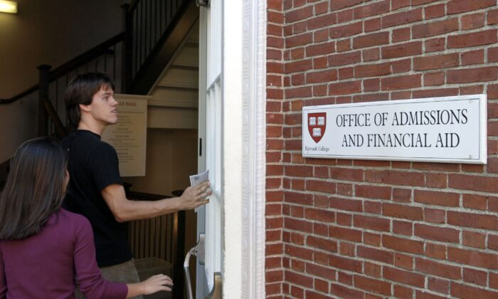 Students enter the Admissions Building on the campus of Harvard University Sept. 12, 2006 in Cambridge, Mass. (Glen Cooper/Getty Images)