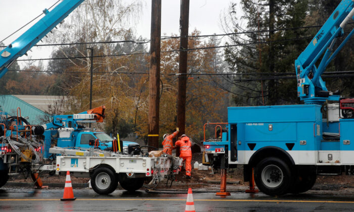 PG&E works on power lines to repair damage caused by the Camp Fire in Paradise, Calif. on Nov. 21, 2018. (Elijah Nouvelage/Reuters)