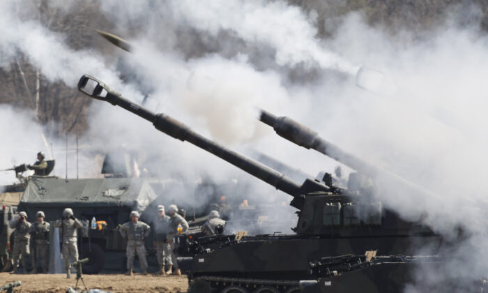 U.S. Army M109A6 Paladin self-propelled howitzers fire at the U.S. army's Rodriguez range in Pocheon, South Korea, on March 15, 2012. ( Kim Hong-Ji/AFP via Getty Images)