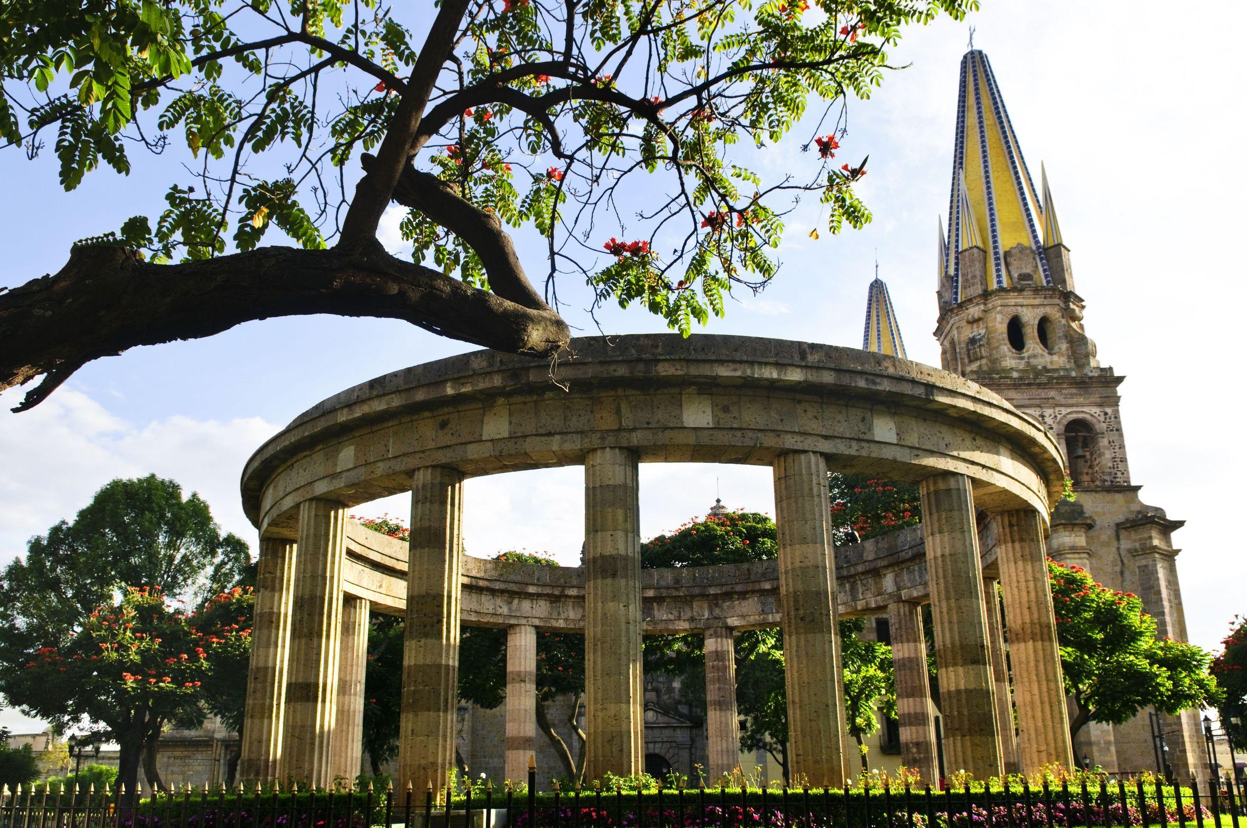 Guadalajara Rotonda-de-los-Jalisciences-Ilustres-and-Cathedral