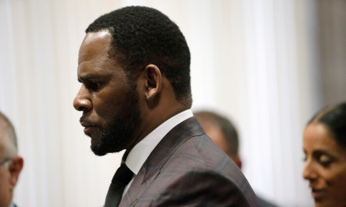 R. Kelly appears for a hearing at Leighton Criminal Court Building in Chicago, Illinois, U.S., June 26, 2019. (E. Jason Wambsgans/Chicago Tribune/Pool via Reuters)
