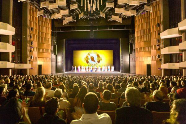 Shen-Yun-shenyun-audience-2019-12-26-730pm-Ottawa-Curtain-WorldCo-14