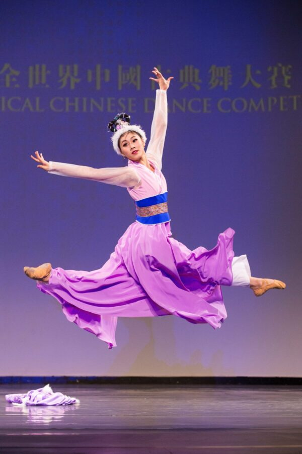Shen-Yun-shenyun-dancer-Angela-Xiao-in-costume-in-NTD-Dance-competition