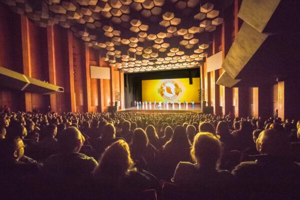 Shen-Yun-shenyun-audience-curtain-2019-12-28-Houston-theatre3