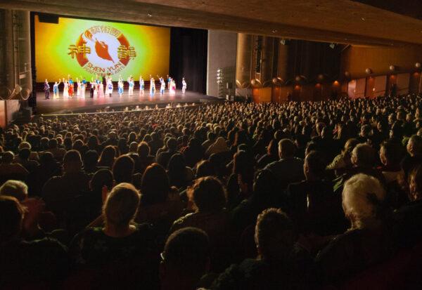 Shen-yun-audience-2019-12-28-730pm-sanjose-Curtain-shenyun-2