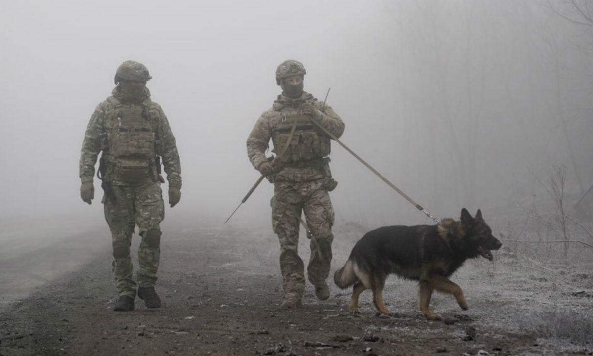 Ukrainian soldiers guard eastern Ukraine