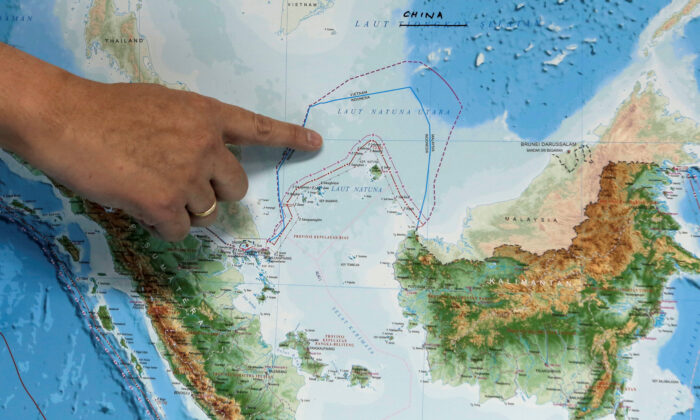 Indonesia's Deputy Minister for Maritime Affairs Arif Havas Oegroseno points at the location of North Natuna Sea on a new map of Indonesia during talks with reporters in Jakarta, Indonesia on July 14, 2017.  (Beawiharta/Reuters)